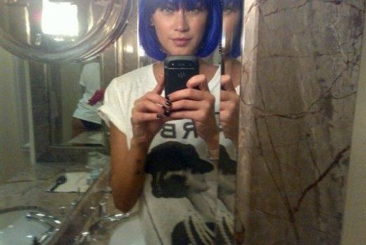 l-ex-velina-con-una-parrucca-blu